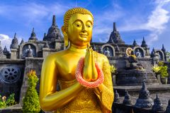 Buddha-Statue vor einem Tempel lizenzfreie stockbilder