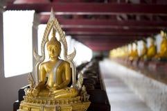 Buddha-Statue vor Schüssel Lizenzfreie Stockbilder