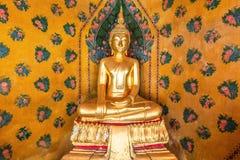 Buddha-Statue in Wat Arun Temple von Dämmerung Bangkok, Thailand stockbild