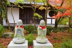 Buddha-Statuen auf Herbst arbeiten bei Eikando, Kyoto im Garten Stockfotos
