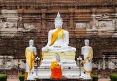 Buddha-Statuen gegen alte Pagode bei Wat Yai Chaimongkol Stockfotos