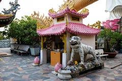 Buddha-Statuen im Berg Vietnam stockbild