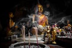 ?Buddha Statuen- und Weihrauchrauch Stockfoto