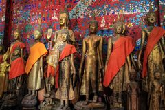 Buddha-Statuen am Wat Xieng Thong-Tempel in Luang Prabang stockfotos