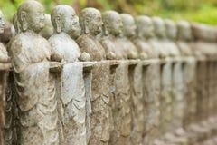Buddha-Statuenstand in Folge im Schrein Lizenzfreie Stockbilder