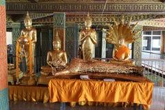 Buddha-Statuenstellung, Lügen, sitzend im Tempel lizenzfreie stockfotos