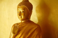 Buddha-Statuenunterricht in einer goldenen Atmosphäre Stockbilder