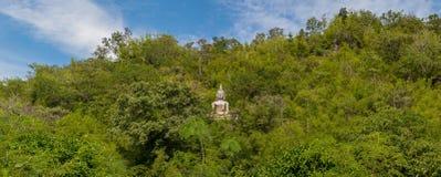Buddha-Statueplatz auf einem Berg Lizenzfreies Stockfoto