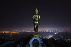 Buddha statuy pozycja w nocy przy Watem Phra Ten Khao Noi w Nan zdjęcie stock
