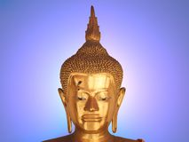 Buddha statuy twarz na błękitnym jaskrawym tle zdjęcia stock