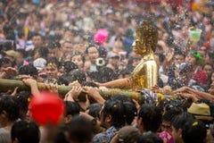 Buddha statuy wody ceremonia w songkran festiwalu, Luang Pho Phra fotografia royalty free