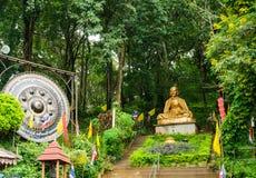 Buddha staty som förbiser den stigande trappan Royaltyfria Bilder