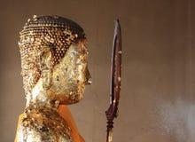 Buddha staty som räknas i bladguld Royaltyfri Bild