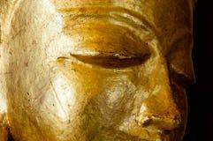 Buddha stawia czoło złocistego statuy zakończenie Fotografia Royalty Free