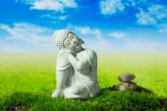 Buddha, Steine auf der Wiese Lizenzfreie Stockbilder