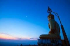 Buddha sulla cima della collina nel primo mattino a Wat Tam Sau o a Ti Immagine Stock