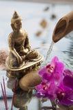 Buddha-Symbol mit dem Weihrauch, der im Wasser brennt Stockbild