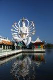 Buddha tailandês no lago Fotos de Stock Royalty Free