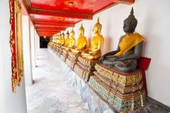 Buddha in tempiale di Wat Pho sequenziale piacevolmente nello scoppio Fotografie Stock