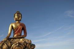 Buddha und blauer Himmel Stockfotografie