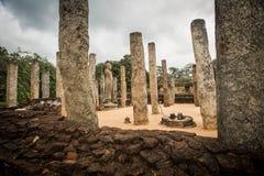 Buddha und Säulen in Polonnaruwa, Sri Lanka Stockfotos