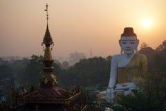 Buddha und Sonnenaufgang Lizenzfreie Stockfotos