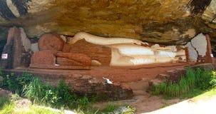 Buddha unter dem Felsen von Sigiriya lizenzfreies stockfoto