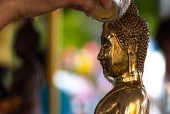 Buddha versa l'acqua Immagini Stock