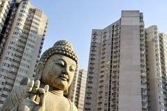 Buddha vor Wohnanlagen stockbild