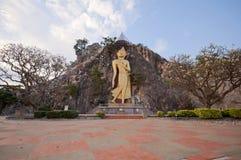Buddha w jamie przy Khao Ngoo skały parkiem Ratchaburi Tajlandia Obrazy Royalty Free