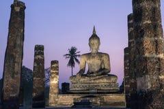 Buddha in Wat Mahathat Temple nel parco storico di Sukhothai immagini stock libere da diritti