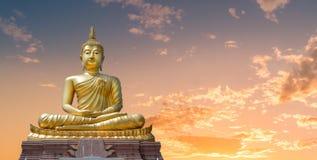 Buddha wizerunek i z?oty niebo w wiecz?r zdjęcie stock