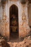Buddha wizerunek wśrodku antycznych Birmańskich Buddyjskich pagód Obraz Royalty Free