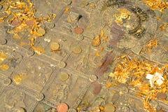 Buddha& x27; s-fotspår på den Mahachai templet i Mahasarakham av Thailan Arkivbild