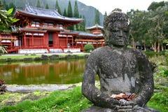 Buddha y Byodo-En el templo Oahu, Hawaii Fotos de archivo