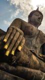 Buddha z chmurą i niebieskim niebem, patrzeje w ten sposób pokojowym, przy Dziejowym Fotografia Royalty Free