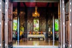 BuddhaaltareJim Thompson House museum bangkok Thailand Royaltyfri Bild