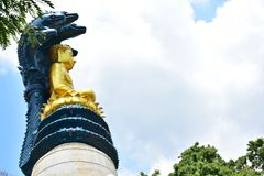 Buddhabild av en stor religiös staty royaltyfri fotografi