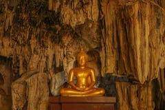 Buddhabild i grottan Arkivbilder