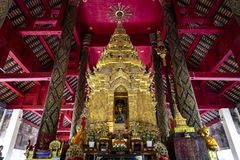 Buddhabild i guld- pagod på den huvudsakliga korridoren av Wat Prathat Lampang Luang, en forntida buddistisk tempel i Lampang, Th royaltyfri fotografi
