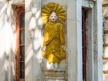 Buddhabild på byggnad i Yangon Fotografering för Bildbyråer