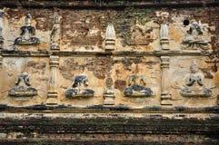 Buddhabildstuckatur på tempelväggen arkivbilder