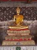 Buddhabouddhastaty i guld Arkivbilder