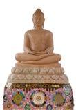 Buddhabruntmarmor sitter på marmorlotusblomma och keramisk grund Arkivfoton