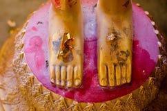 Buddhafot, guld- fot av Buddhastatyn royaltyfria foton