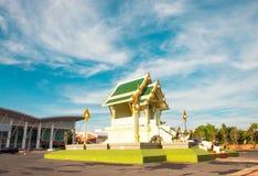 Buddhapaviljong med gräsplantaket för blå himmel arkivfoton