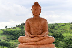 Buddhas有山背景 免版税库存照片
