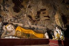 Buddhas雕象和宗教雕刻在Kaw笨蛋洞 Hpa-An, 库存照片