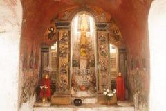 Buddhas внутрь на пагоде стены виска Nyan Shwe Kgua в Мьянме стоковая фотография
