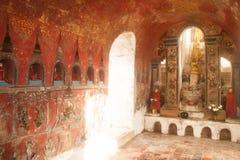 Buddhas внутрь на пагоде стены виска Nyan Shwe Kgua в Мьянме стоковое фото